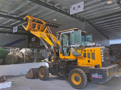 舞环科技分拣中心内,正在使用装载机挪运物品。受访者供图